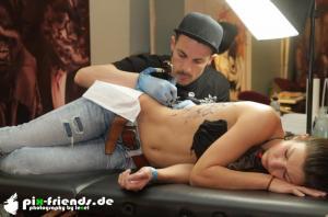 IMG 3002 tattooexpo-zwickau-2016-fotos-frau-wird-taetowiert-002